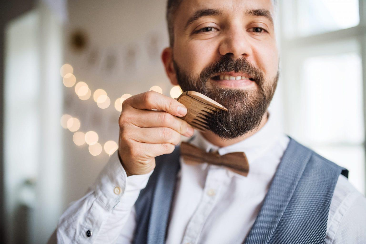 En mn som kammar sitt skägg